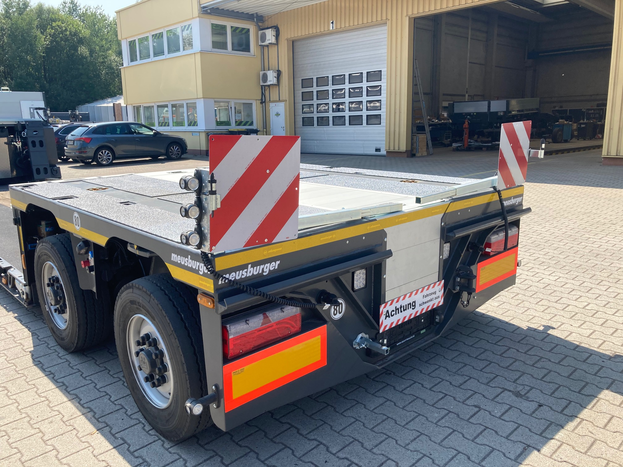 Meusburger 2-axle-low-deck-trailer with pendle axles